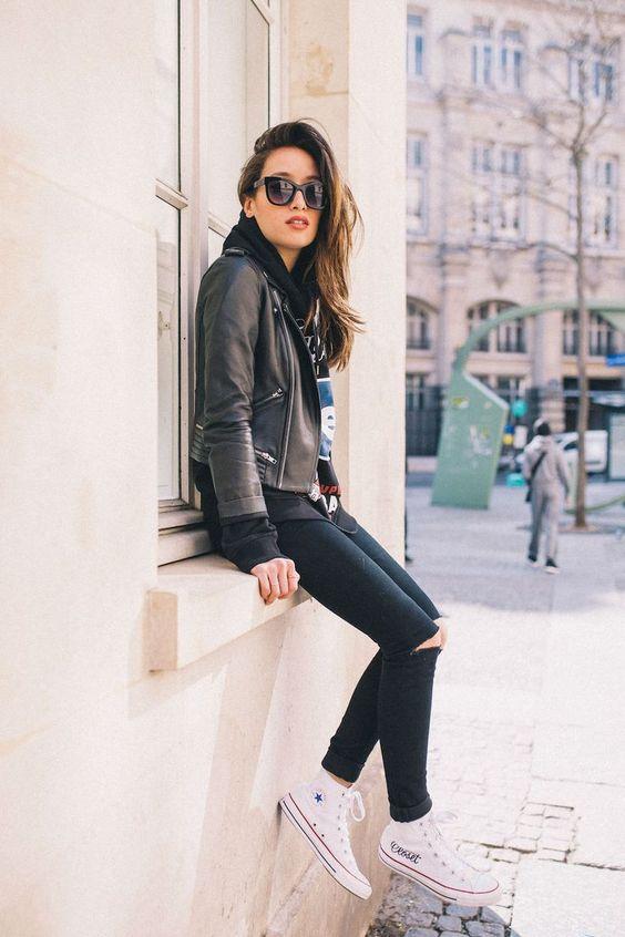 chica elegante con jeans rotos en la rodilla