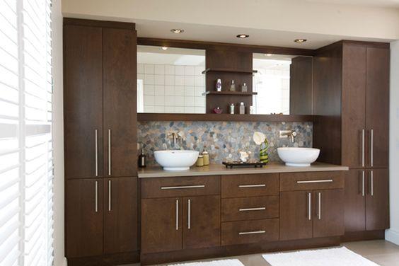 couvrant en longueur la paroi du mur meuble de salle de bains de style contemporain offre des. Black Bedroom Furniture Sets. Home Design Ideas