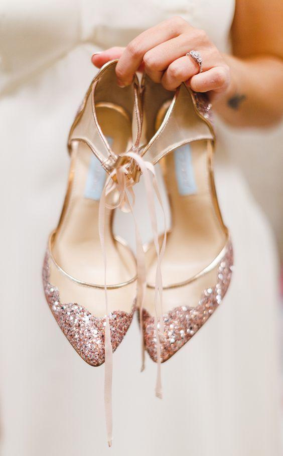 Zapatos con toque rosa metálico para novias