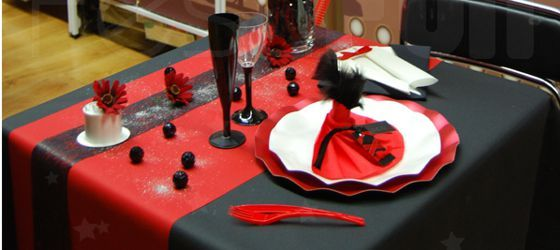 cabaret rouge et noir anniversaire f te pinterest decoration cabaret and rouge. Black Bedroom Furniture Sets. Home Design Ideas