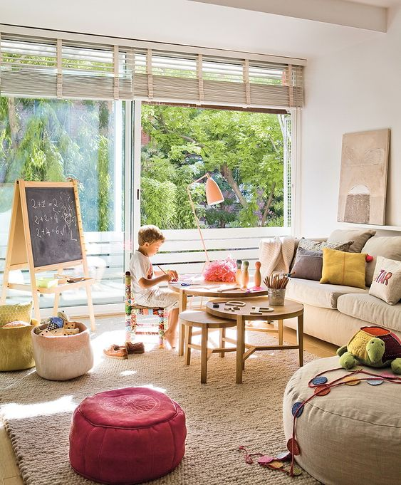 great sunny room with so many nice elements : round tables, big sofa , soft storage and puffs