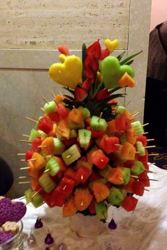 Fruit skewers margaret 60 party pinterest brochettes centres de table et brochettes de fruits - Presentation de brochette de fruits ...