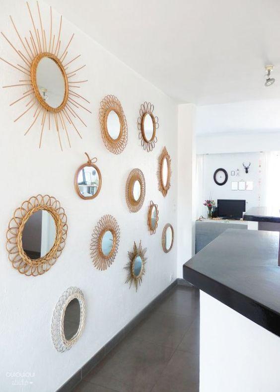 Collection de miroirs en rotin dans la pièce à vivre pour rythmer l'espace // Collection of rattan mirrors in the living room