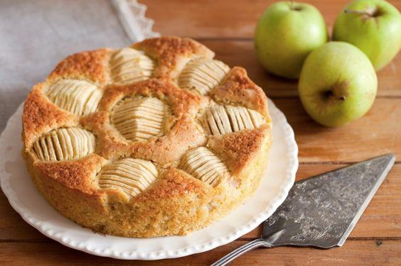 La torta di mele al sidro è una profumata variante della classica torta di mele arricchita dal delicato aroma tipico di questa bevanda alcolica, molto comune nei paesi dell'Europa centro-settentrionale.