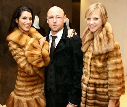 Image from http://www.secondcitystyle.com/images/photos/uncategorized/2008/12/23/dennisbassoevent_2.jpg.