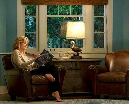Pelican lamp from Grace and Frankie's Beach House (picture: Jane Fonda reading) #graceandfrankie