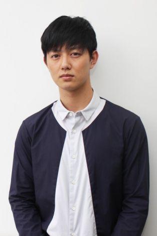 青い服を着る工藤阿須賀