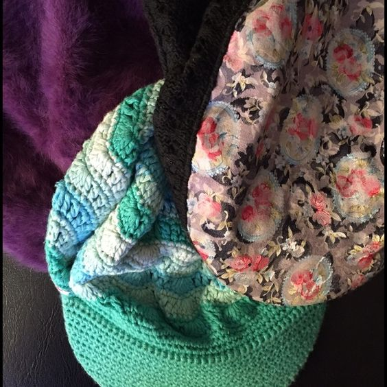 Bundle Havana style hats Bundle of 3 Havana style hats, perfect to add flare to any outfit. The crochet blue/green color it's Roxy brand! Teens size Roxy Accessories Hats