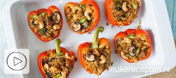 Handige video met stap voor stap uitleg hoe je deze Oosters gevulde paprika's met rijst, kip en cashewnoten zelf maakt