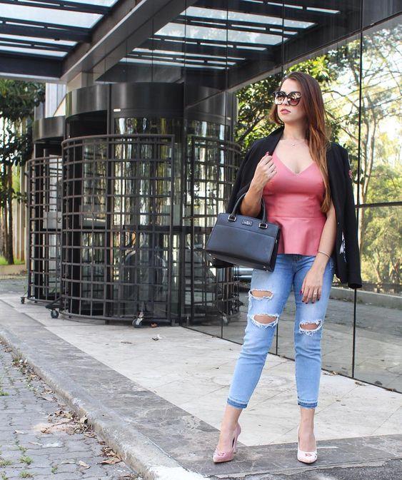 Look do dia  Calça Jeans  Calça jeans rasgada  Sapato rosa  Sapato de veludo  Casaquinho preto  Blazer preto  Bolsa preta  Óculos de sol