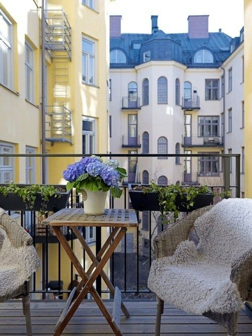 kleiner balkon m bel blumenk sten design ideen balkon terrasse pinterest design. Black Bedroom Furniture Sets. Home Design Ideas