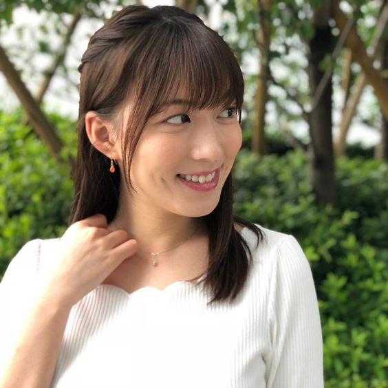 阿部華也子ニッコリ微笑んで横向く姿