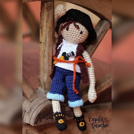 Piratas à vista!  Peça com design original da @capitaganchocroche. ----- Encomendas:  capitaganchocroche@hotmail.com ✈ Enviamos para todo o Brasil ----- #croche #crochet #artesanato #feitoamão #handmade #crochetaddict #praiadepipa #pipabrasil #amigurumi #semprecirculo  #brinquedos #crochettoy  #hakeln #ganchillo #pirates