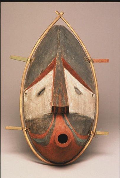 Le Premier « chumliiq », masque Inuit, XIXème siècle Peuplier de Virginie, tendon, peinture noire, rouge, blanche et verte  32 x 21 x 10cm île Kodiak ou île d'Afognak, Alaska  Collection Alphonse Pinart,Château Musée de Boulogne-sur-Mer