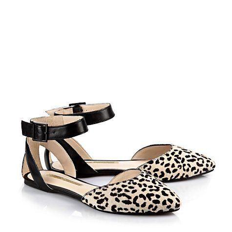 Edle Sandale in Leo-/Felloptik mit einem breiten, verstellbaren Fesselriemchen und einer weich gepolsterten Innensohle.
