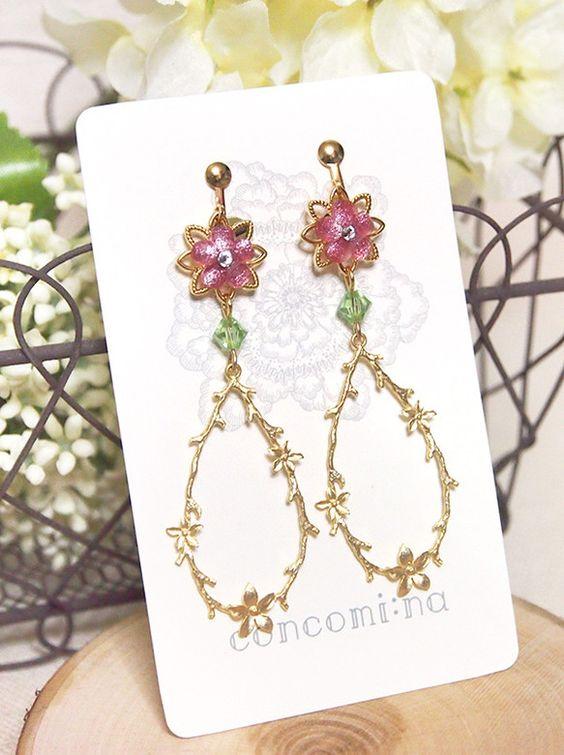 【concomi:na】お花ドロップのイヤリング〈Pink〉・ゴールドのすかしパーツにピンクの丸い花びらのパーツ・ライトグリーンのクリスタル・繊細な細工が美し...|ハンドメイド、手作り、手仕事品の通販・販売・購入ならCreema。