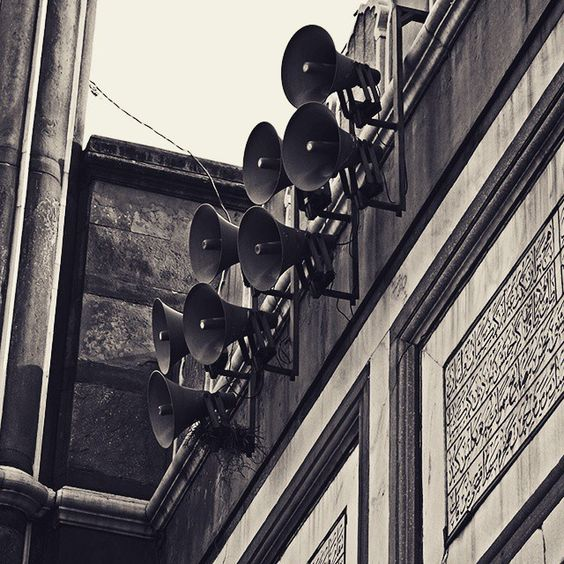 Namaaz Time  #sandstone #speakers #worldheritagesite #worldheritage #streetphotography #jamamasjid  #india #street_photograph #photographie #photographer #world_streets #canon #canon_official #canon50d #featureforcanon #canon_india #retro #photo_storee #photooftheday #sunshine  #summers #delhidiaries #delhi6 #delhi6streets #evening #minaret #minar #inspiredtraveller #_soi