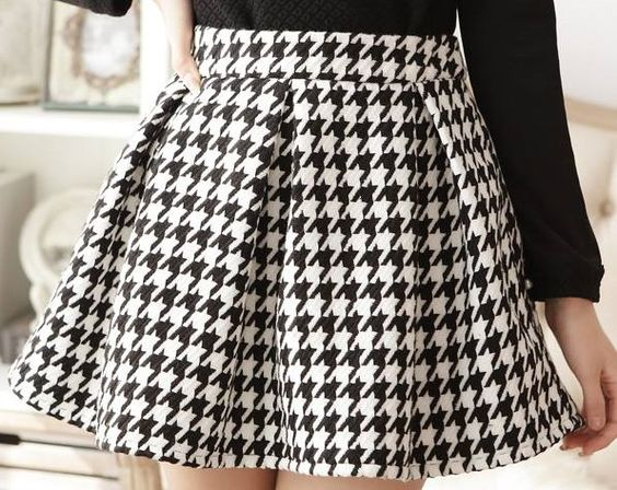 Falda confeccionada  en loneta pata de gallo blanca y negra. En nuestra página CENTROTELA.es encontrareis la tela para confeccionarla.