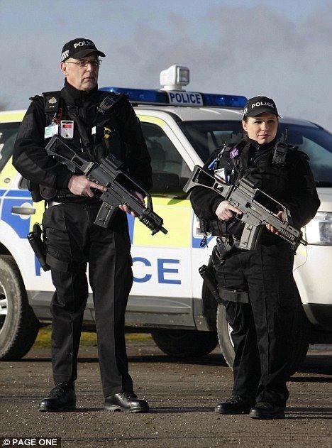 銃を持つ警察官
