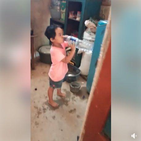 Anak kecil minum air