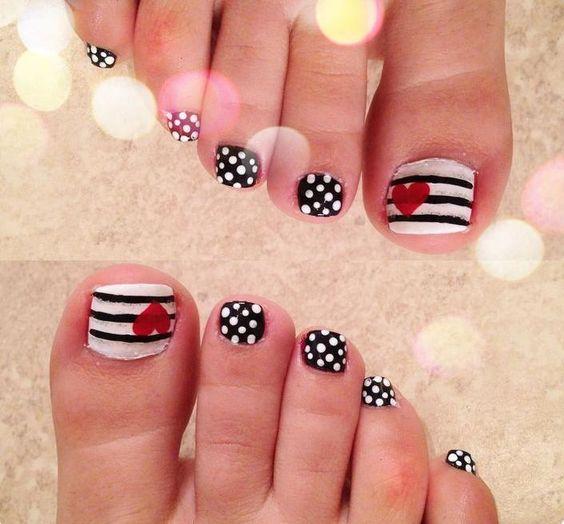 nail art pieds en noir et blanc à pois et rayé avec coeurs rouges