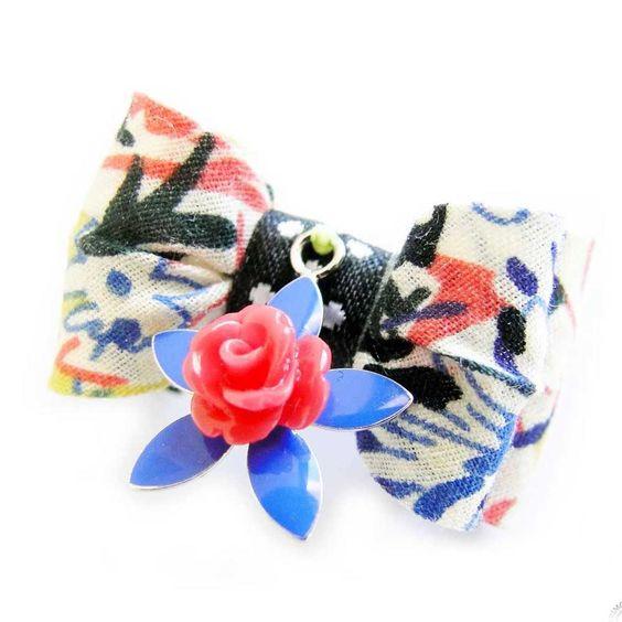 #Collier_chiens Noeud pour chien fabriqué en France avec amour ! Une touche girly et fun avec ses motifs fleuris et ses couleurs. Une breloque en fleur pour une touche bijoux parfaite ! http://www.doggie-flair.com/produit/noeuds-pour-chien/noeud-pour-chien-maika/