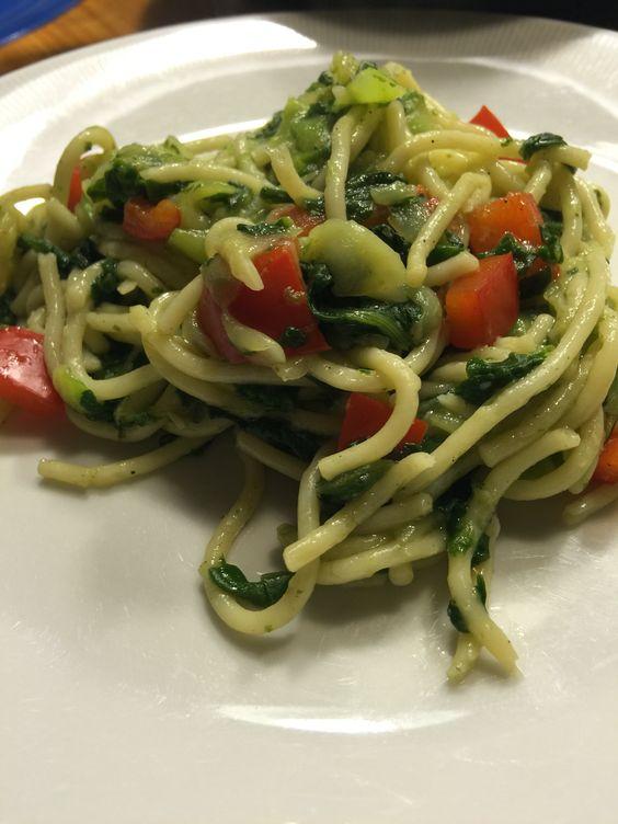 Spaghetti mit Zucchini (&Zucchinispaghetti), Paprika und Blattspinat
