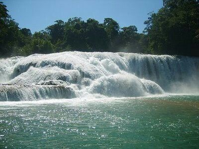 Cascadas de agua azul en Chiapas México