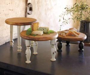 bijzettafeltjes van snijplank met oude stoelpoten