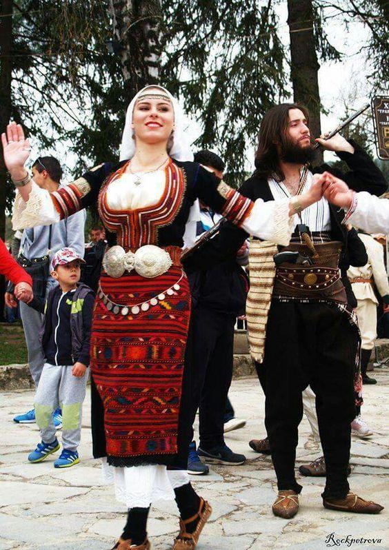 Българите в традиционни костюми: