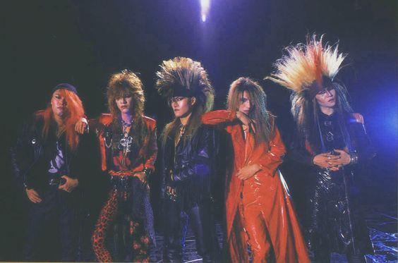 解散前のヴィジュアル系ファッションをしているX JAPANの画像