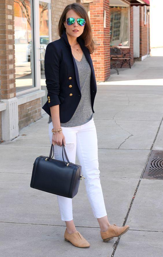 Calça branca, tshirt cinza, blazer preto e sapato oxford.