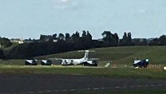 Самолёт приземлился с лопнувшим колесом http://rbnews.uk/uk/incidents/news/article43383.html  Самолет авиакомпании Flybe экстренно сел ваэропорту Бирмингема из-за лопнувшего колеса шасси. Самолет следовал изАмстердама вМанчестер, однако был вынужден изменить курс. В связи синцидентом взлетно-посадочная полоса аэропорта была закрыта втечение 30 минут. На месте дежурили бригады пожарных. После посадки воздушное судно было отбуксировано аварийными службами. По имеющимся данным…