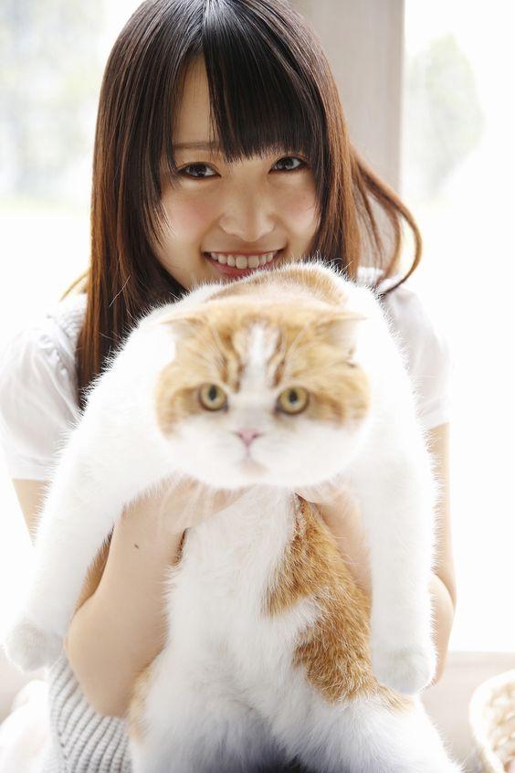 トム君を抱えた菅井友香