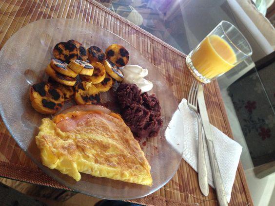 Desayuno favorito de Domingo con omelette, frijoles y platano maduro #Honduras
