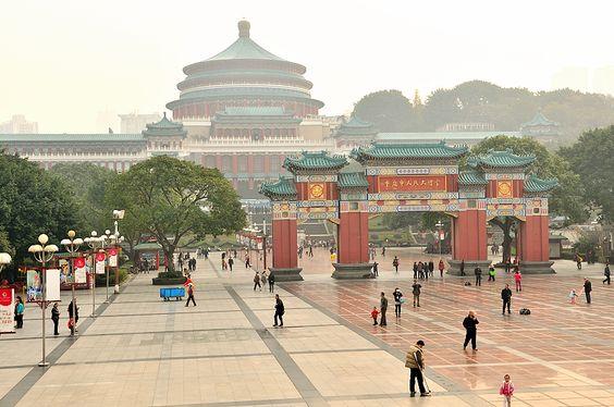 Die Volkskongresshalle ist ein beliebtes Reiseziel in Chongqing und stellt ein kurioses Monument sinosozialistischen Baustil dar, der kaiserliche Architektur imitiert, wurde zwischen 1951 und 1953 errichtet.