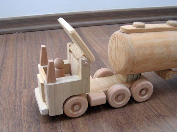 Tony le pétrolier fournira tous ce carburant imaginaire nécessaire pour garder vos wagons jouet ! Dimensions : environ 53 cm de long, 9,5 cm de largeur, 15 cm de haut (environ 20 « x 3,75 » x 6 ). Lapparence du produit peut légèrement différer de ce qui est vu dans les photos-les produits sont faits à la main et chaque article est unique.    Le produit est entièrement fait de bois. Tous les bords et les coins sont arrondis et main poncé une surface lisse. Il est assemblé avec de la colle non…