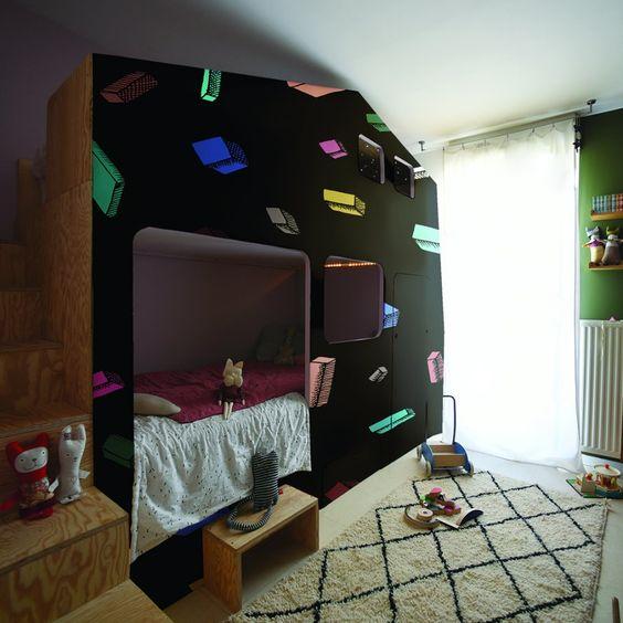 """<p style=""""text-align: justify;"""">Ludiques et rythmés, les motifs de ce papier peint apportent la touche trendy à ce lit à l'esprit résolument cabine. Pour des nuits..."""