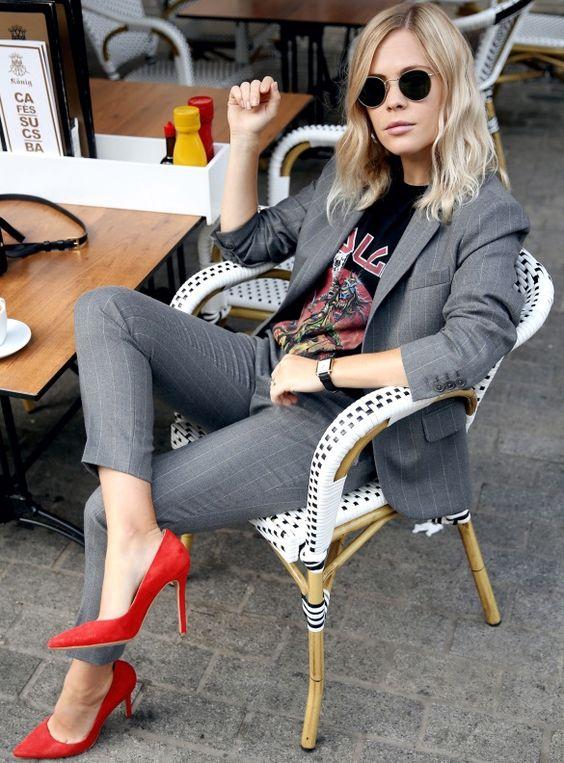 Outfits & Accessoires Shoes-escarpins rouge sur tailleur gris et t-Shirt Mettalica et lunette ronde Street style