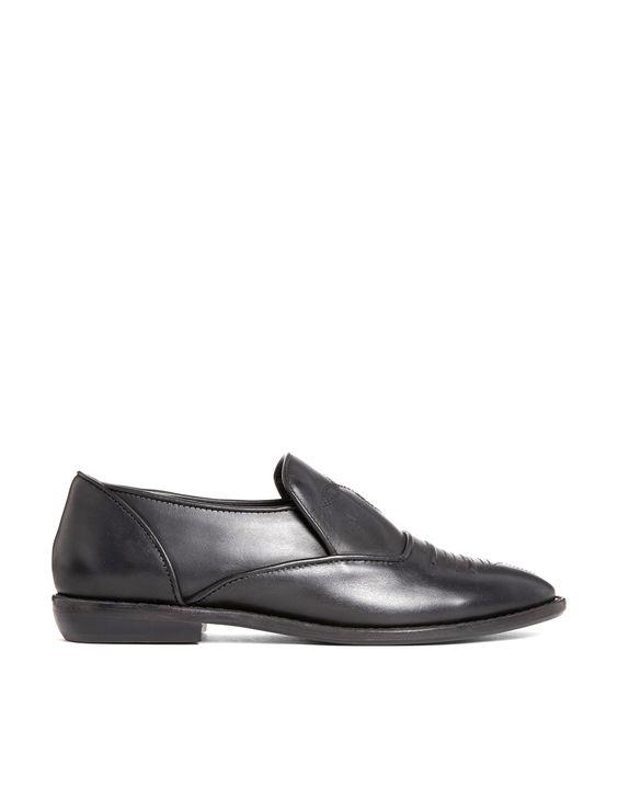Schuhe von F-Troupe Obermaterial aus Leder glatte, matte Oberfläche Ziernaht am Schuhblatt mandelförmige Zehenpartie robuste, flache Sohle niedriger Absatz