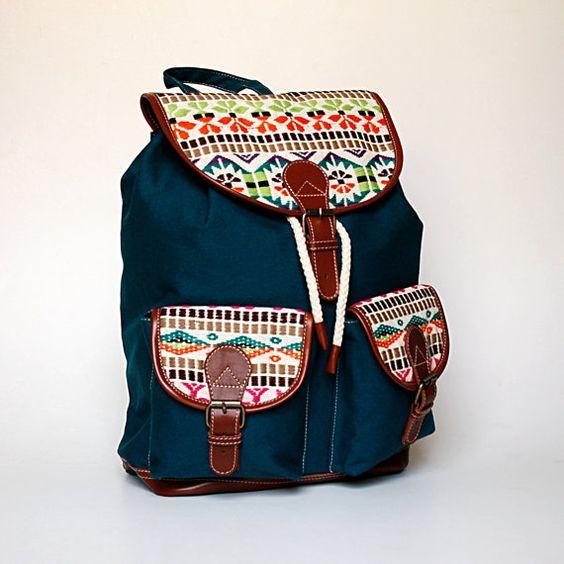 Fabriqué en toile de coton 12oz turquoise avec garnitures en cuir pur 100 %. Volets en jacquard de couleur multi ethnique pour contraster avec la