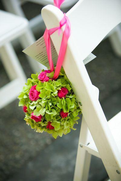 Sehr schöne Blumendeko mit tollem farbigen Kontrast.