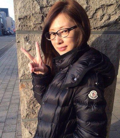黒いアウターにメガネの北川景子