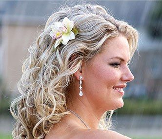 Wavy hairdo with flower