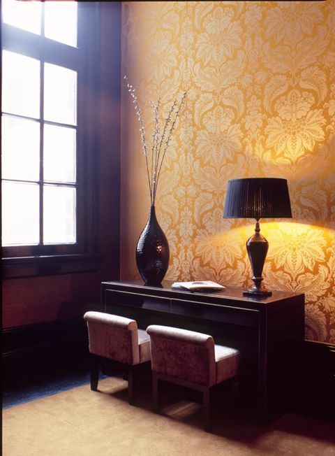 Leli vre 39 s damask 39 orion 39 in the college hotel in for Eveline interieur