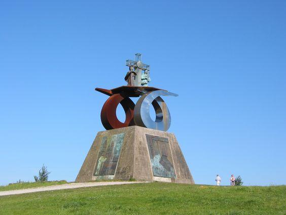 Escultura de la plaza central del Monte do Gozo - Camino de Santiago
