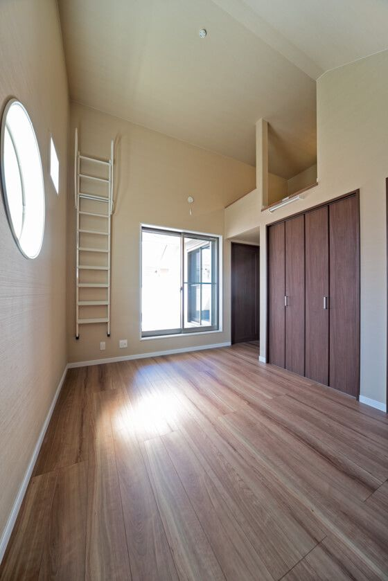 3つの窓でドレスアップした主寝室に大容量のクローゼット ロフト