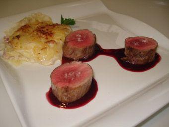 solomillo de cerdo con salsa de cerezas y graten de patatas