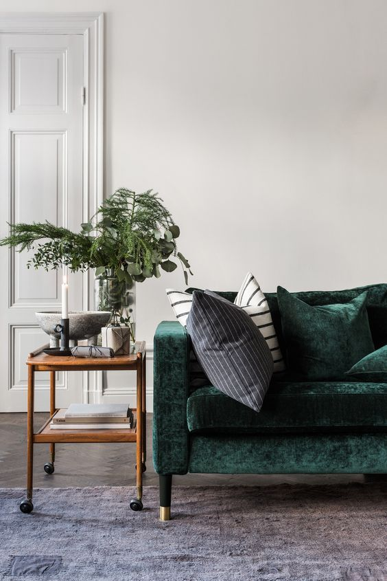 Modern Scandinavian Living Room With A Green Velvet Couch And Green Plants With Images Retro Sofa Interior House Interior