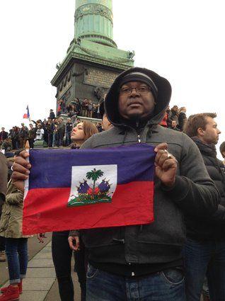 """Ronald.  """"J'ai décidé de venir place de la Bastille avec le drapeau d'Haïti parce dessus, il est écrit une phrase particulièrement importante: L'Union fait la force."""""""